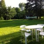 Repas extérieur près du ruisseau et de l'étang sauvage